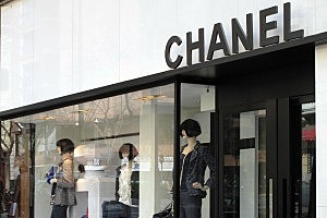 Woman Gets $10K Ring Stuck On Finger, Sues Chanel